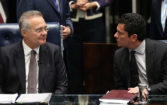 Juiz Sergio Moro, que conduz a Lava Jato, conversa com o presidente do Senado, Renan Calheiros, durante debate sobre abuso de autoridade