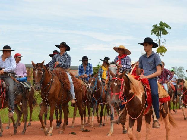 Cavalgada marcou comemoração do Dia das Mães em distrito de Cacoal (Foto: Rogério Aderbal/G1)