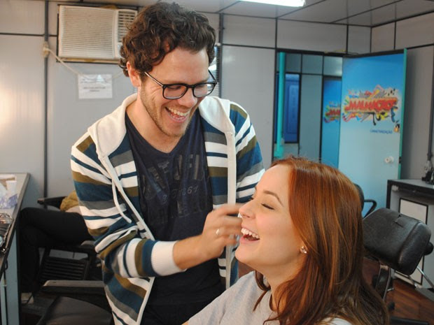 Juliana Lohmann é maquiada por Thiago Ronones (Foto: Malhação / Tv Globo)