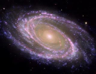 Galaxia M81 en rosa