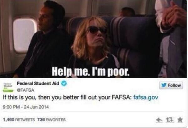 """Tweet Meme realizzato dalla FAFSA con la celebre battuta di Kristen Wiig in """"Le amiche della sposa"""". L'attrice si trova in aereo, ha gli occhiali da sole e il broncio. La frase è: """"help me. I'm poor"""""""
