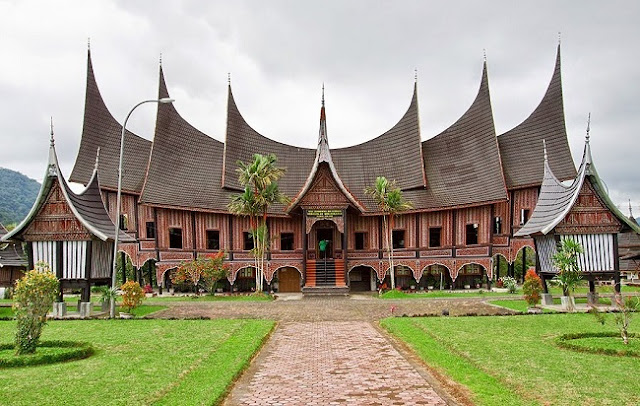 contoh bangunan arsitektur tropis rumah gadang
