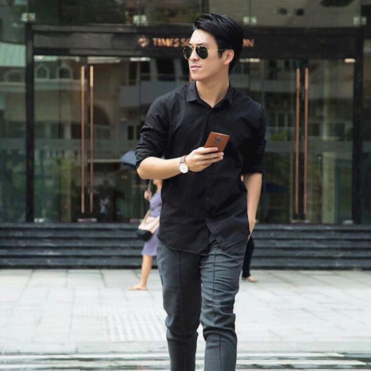 Sơ mi nam đen kết hợp với quần jeans