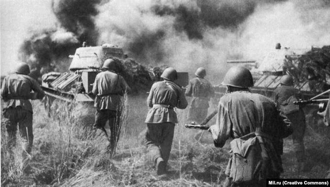 Советские солдаты идут в атаку. Украина, 1943 год