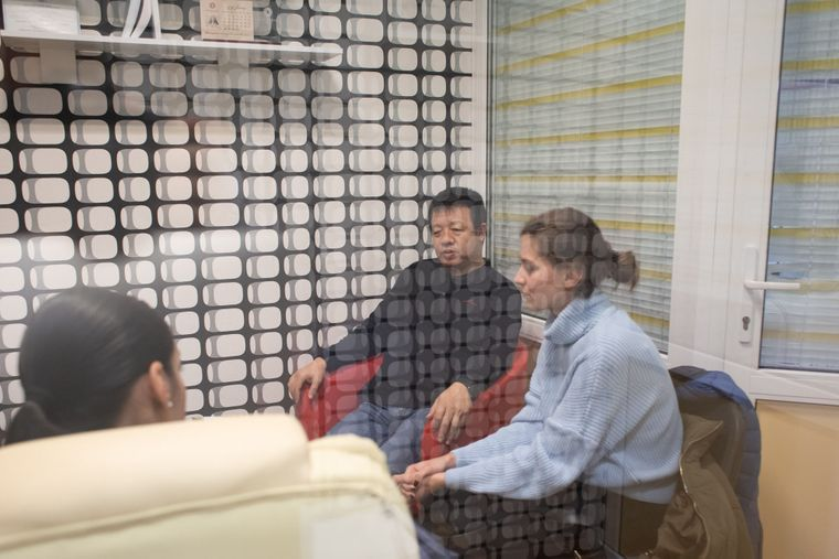 Ли Вэй (в центре) с адвокатом и переводчицей, Киев, 8 октября 2019 года