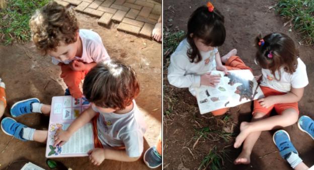 As imagens mostram crianças sentadas em um chão de terra lendo livros.
