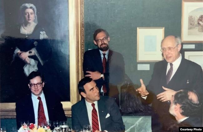 Мстислав Ростропович (крайний справа) - гость Международного Совета по радиовещанию. Крайний слева - Стив Форбс. Стоит - Марк Помар.