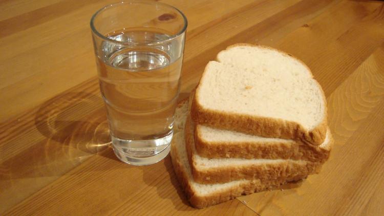 Bánh mì trắng ít dinh dưỡng hơn bánh mì truyền thống, bạn sẽ không thể ăn nó với nước lọc để sống tốt.
