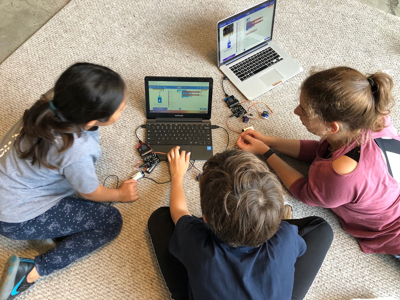 students program micro:bit and SparkFun moto:bit in MakeCode