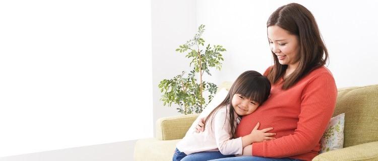 妊娠中の女性と子供