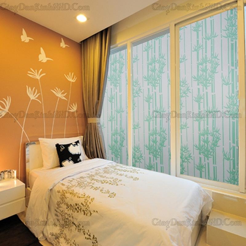 Mẫu decal dán kính phòng ngủ với hình ảnh thiên nhiên giúp căn phòng thoáng mát hơn