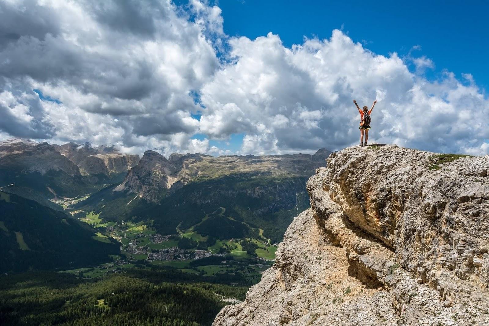 山頂で両腕を上げる人