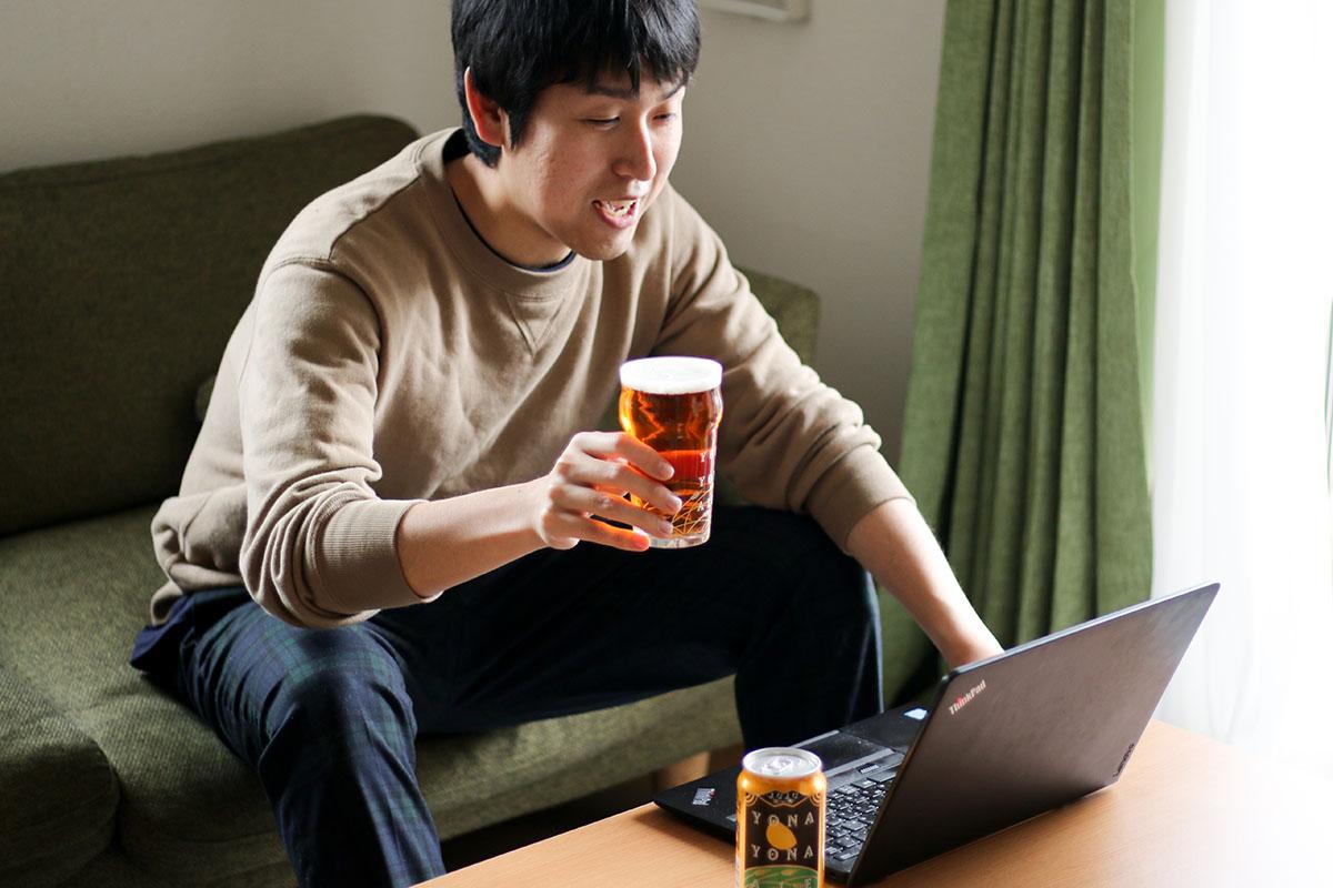 オンライン飲み会に参加する人 イメージ