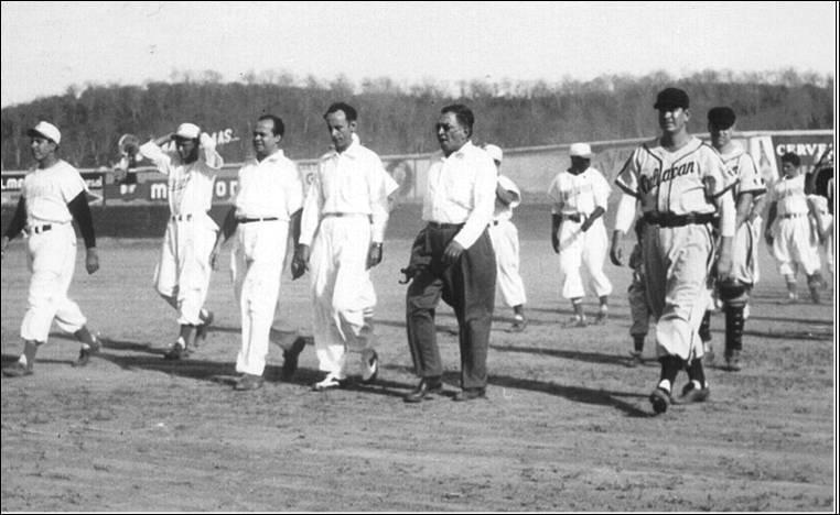 Foto blanco y negro de un grupo de personas en uniforme  Descripción generada automáticamente