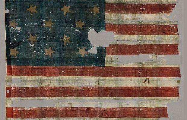 Американский флаг, развевавшийся над фортом МакГенри при битве заБалтимор всентябре 1815 года считается одним изценнейших артефактов США. Нопри хранении онизрядно пострадал, будучи частично разрезанным накуски для всех желающих. Лишь в1912 году его передали Смитсоновскому институту, где флаг смогли восстановить.