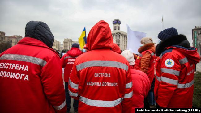 Працівники екстреної медицини під час акції протесту 16 грудня 2020 року на майдані Незалежності у Києві