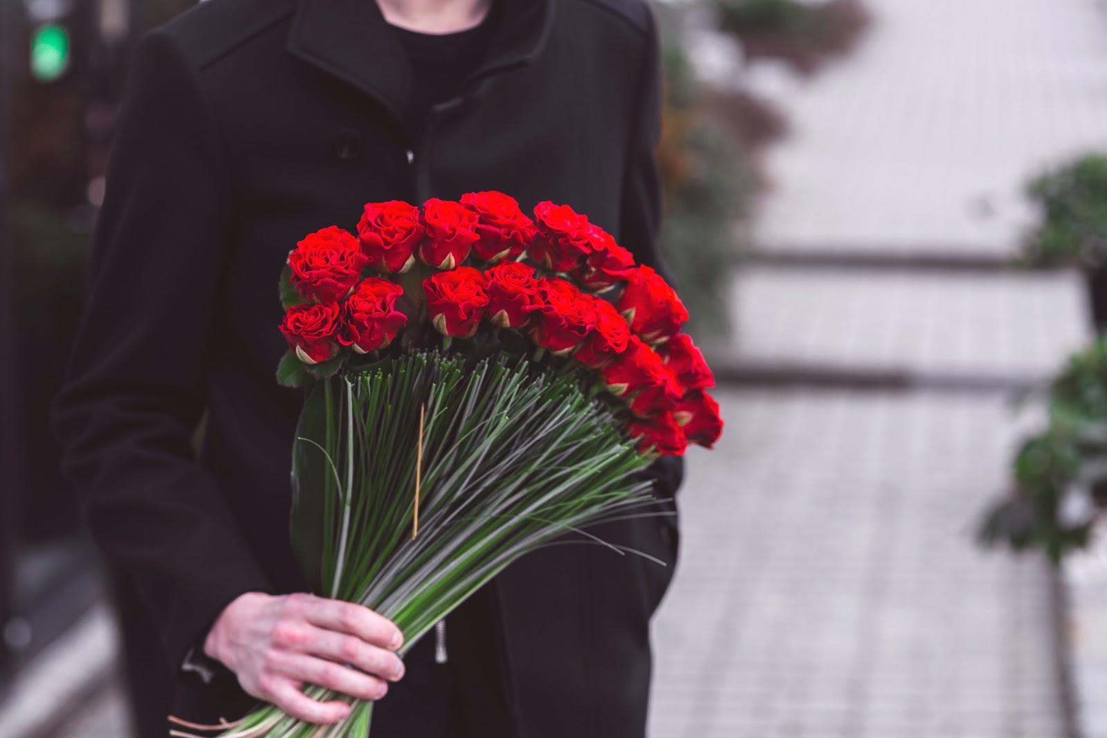 текущий спрос, букет цветов в мужских руках фото имею малейшего