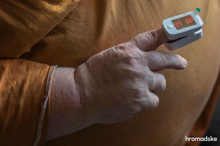 Мужчина измеряет сатурацию крови после перенесенной тяжелой формы коронавируса у себя дома в Одеесе, 25 ноября 2020 года