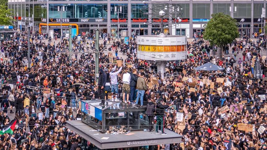 Zehntausende demonstrieren gegen Rassismus berlin1.cleaned