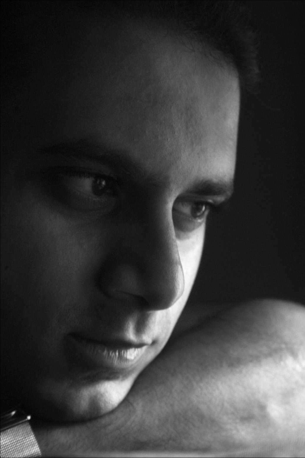 https://upload.wikimedia.org/wikipedia/en/b/b4/Hari_bhagirath_window_light_portrait.jpg