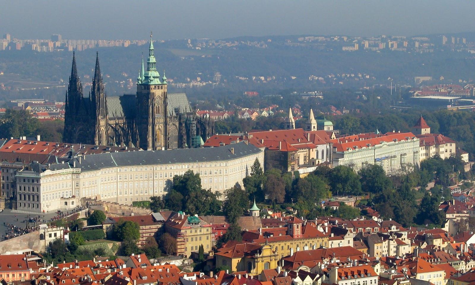File:Prague Castle-3a.jpg