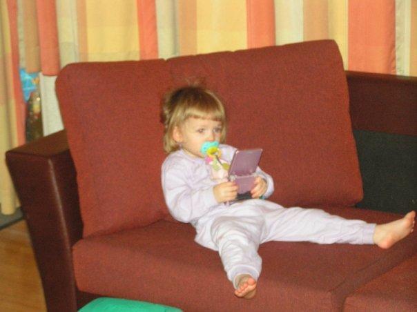 Afbeelding met binnen, kind, zitten, stoel  Automatisch gegenereerde beschrijving