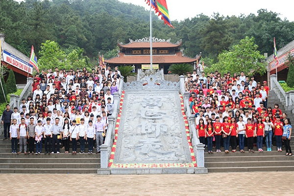 Học sinh đến thăm quan đền thờ Chu Văn An tại Hải Dương
