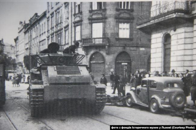 Радянський танк Т-28 на вулиці Львова. Вересень 1939 року