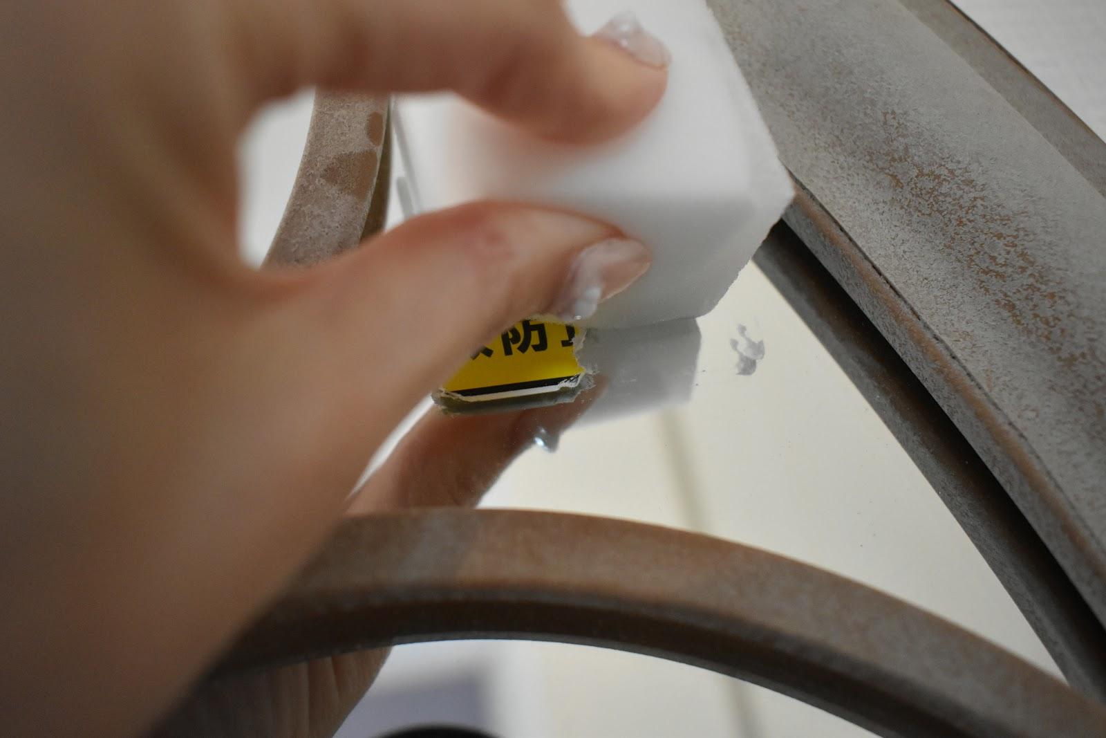 シール本体が残っているところは重曹水を染み込ませてごしごし。