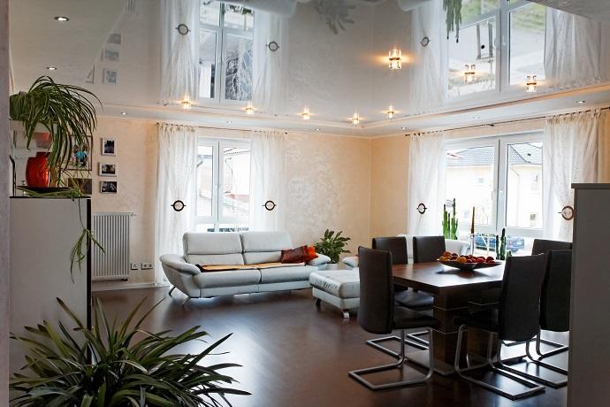Натяжной потолок над гостиной