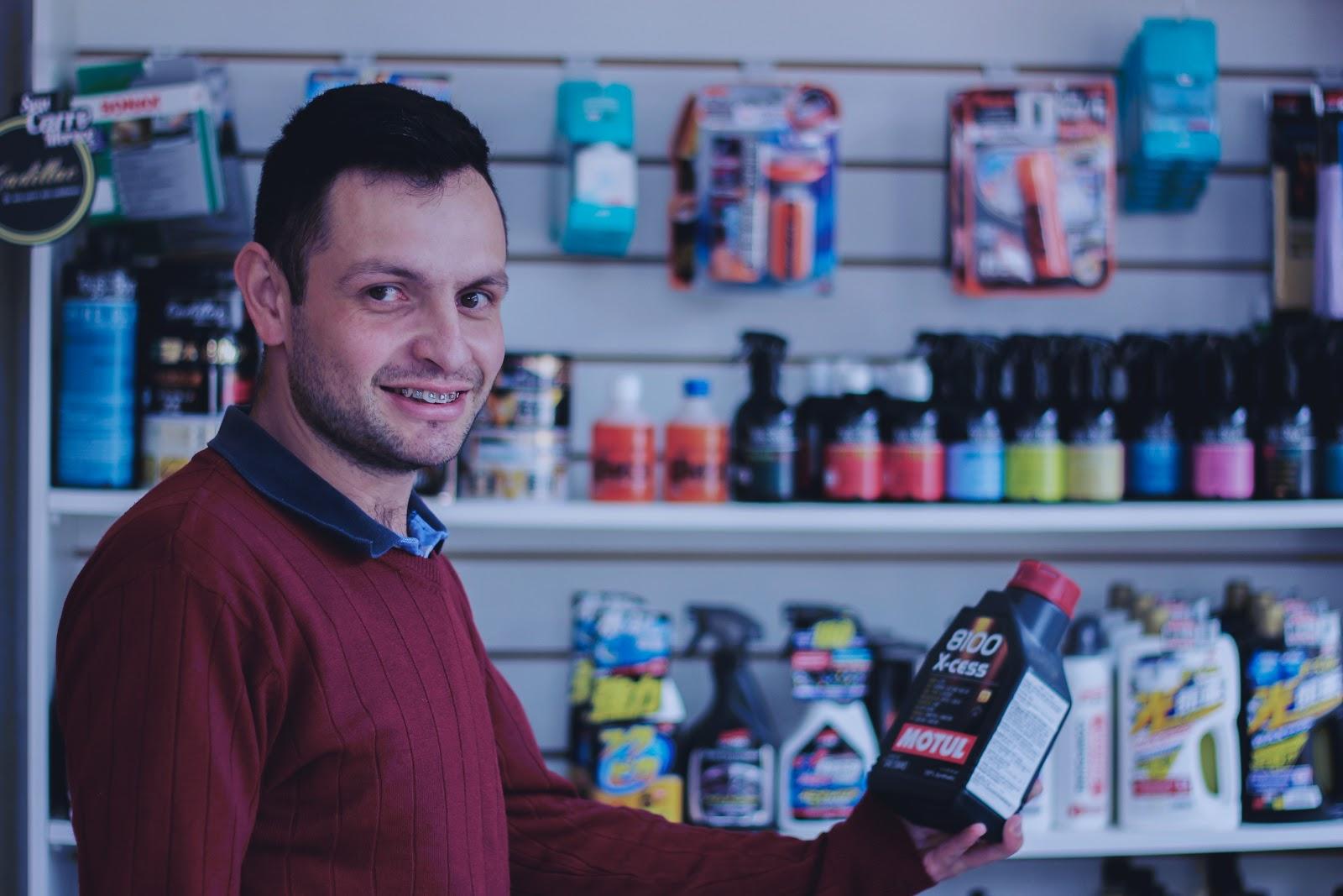 Marcello Gonçalves é sócio-proprietário da loja Especiolista Lubrificantes, parceira do Olist desde 2017. | Imagem: Olist