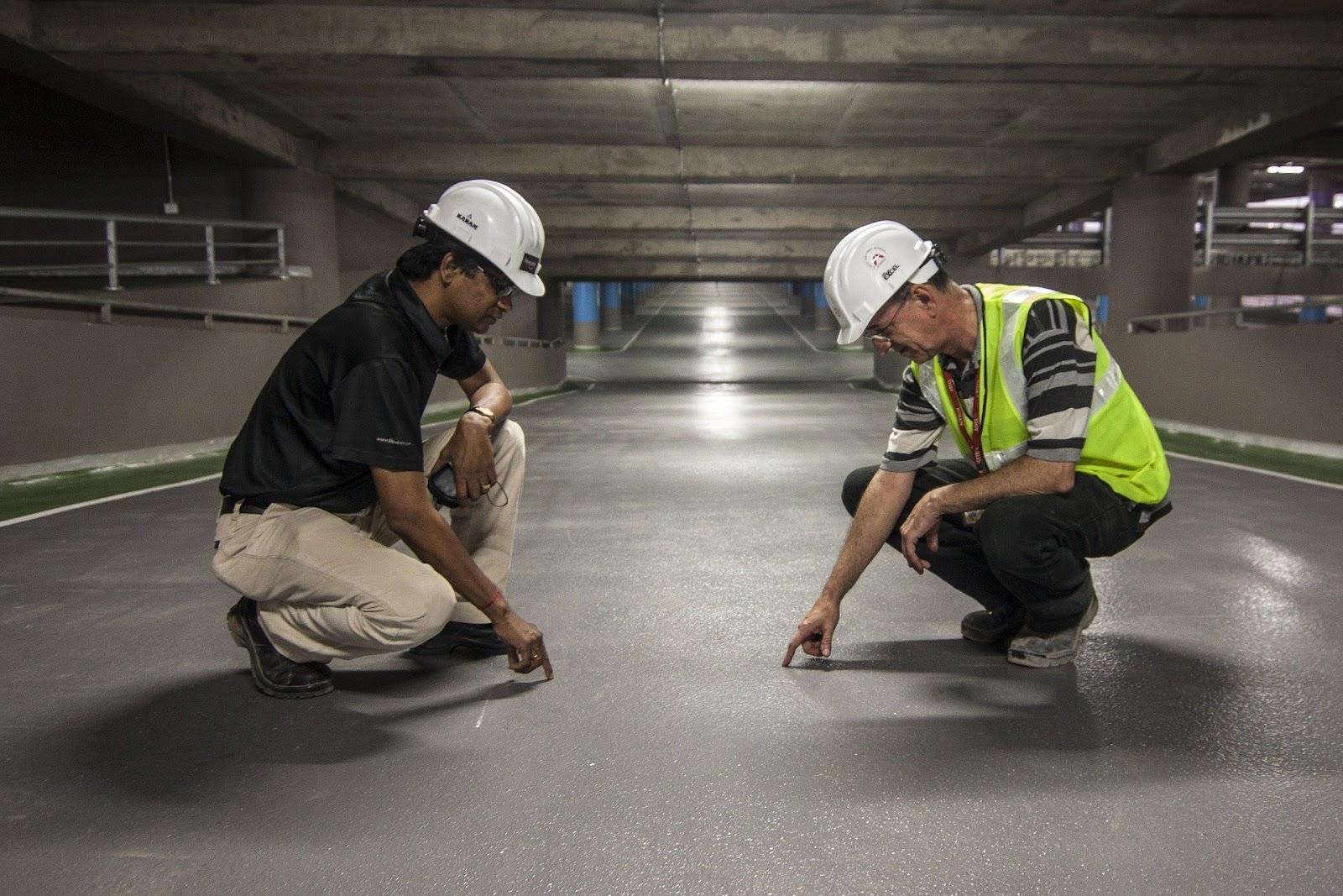 Рабочие проводят экспертизу здания