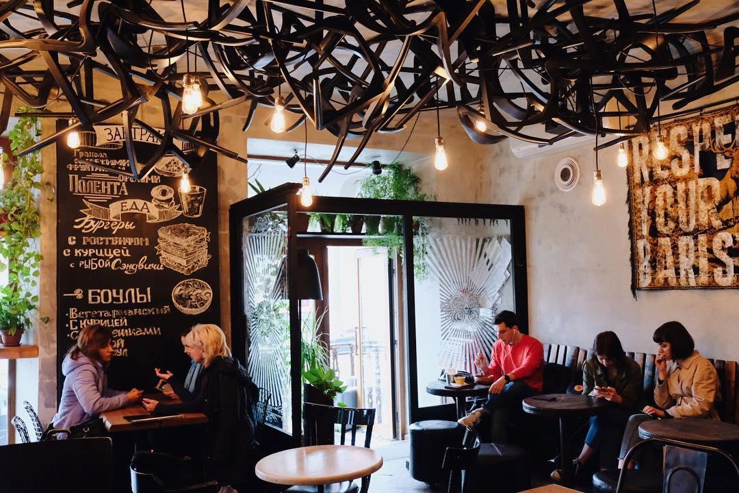 Забавная инсталляция стульев на потолке в кофейне «Ательер».