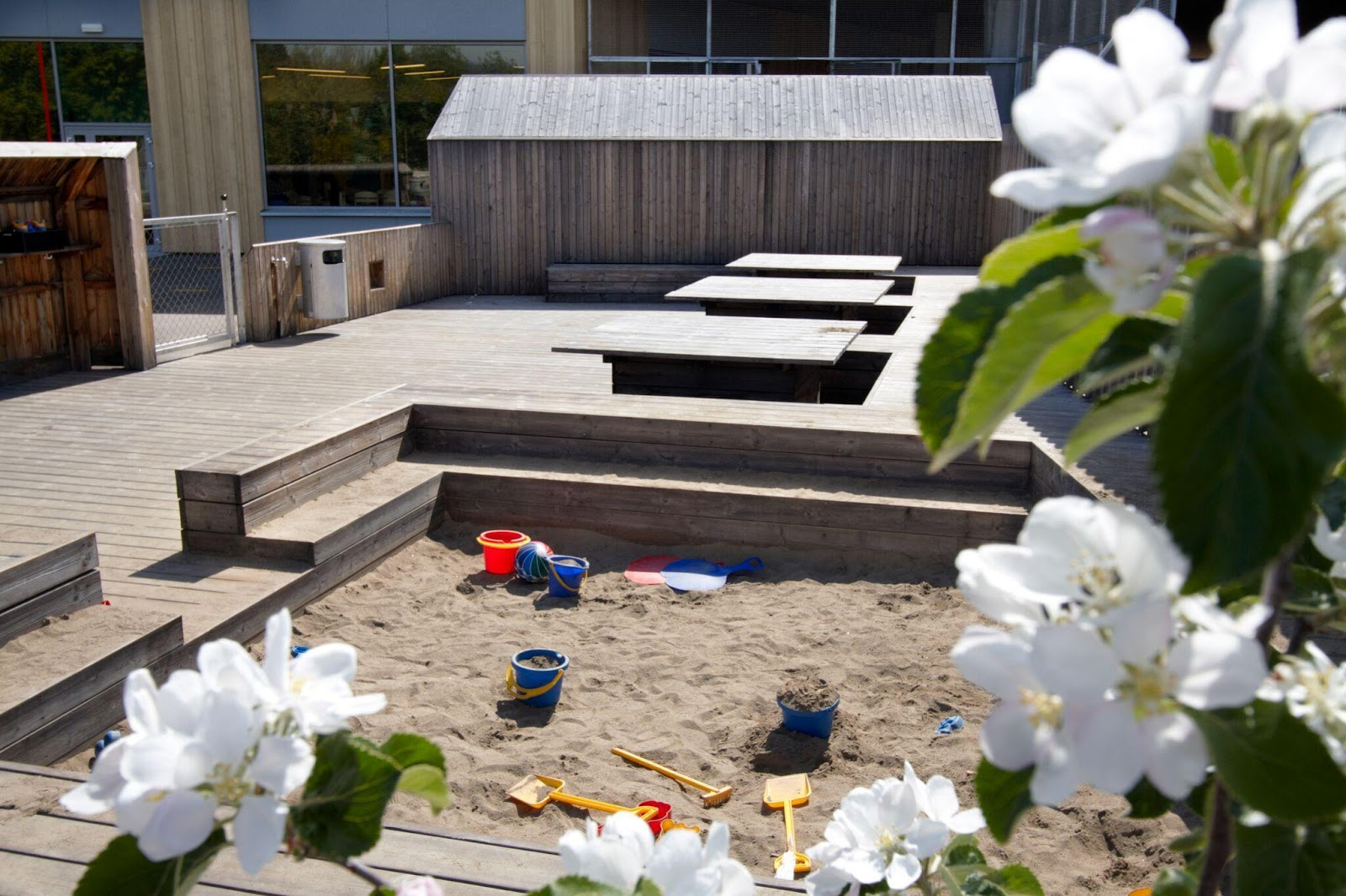 lad børnene lege med en sandkasse på tagterrassen