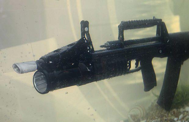 АДС (автомат двухсредный специальный) спроектирован специально для стрельбы вводе ииспользуется российскими войсками специального назначения. Способен стрелять соскоростью 700 выстрелов вминуту нарасстояние до25 метров.