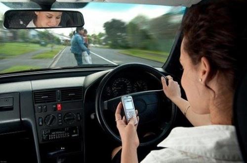 Việt nam phạt 800.000 VNĐ đối với tài xế sử dụng điện thoại khi lái xe ô tô