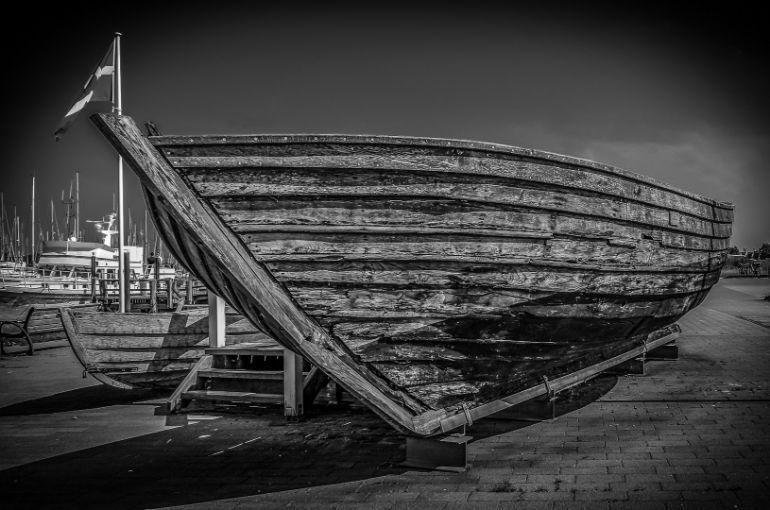 Barco atracado - textura de madeira fotos em preto e branco