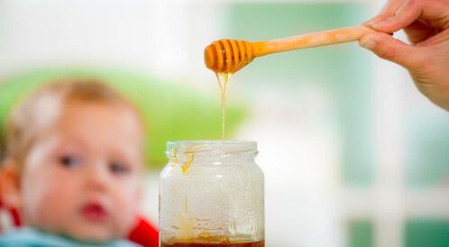 متى يكون من الآمن للأطفال تناول العسل وفوائده | عسلكم
