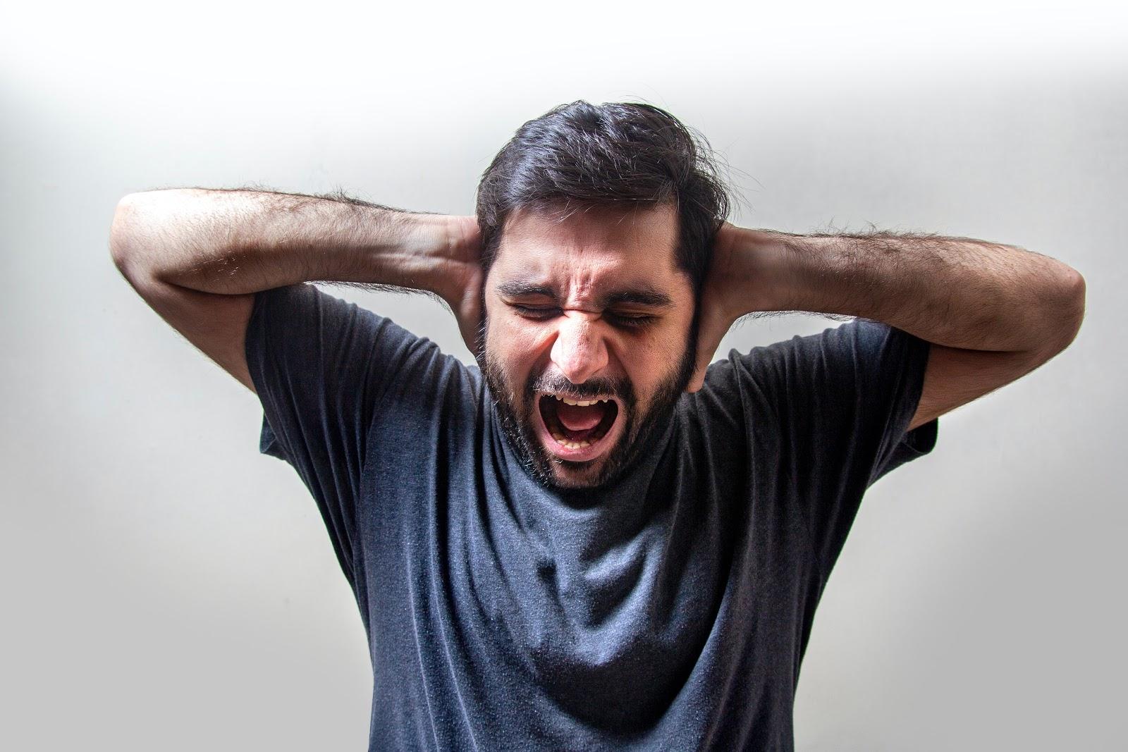 Homme qui craque à cause du stress