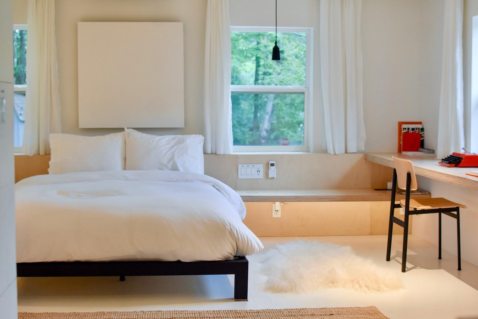 Desain minimalis dapat memberikan kesan ruangan terlihat lebih - source: unsplash.com
