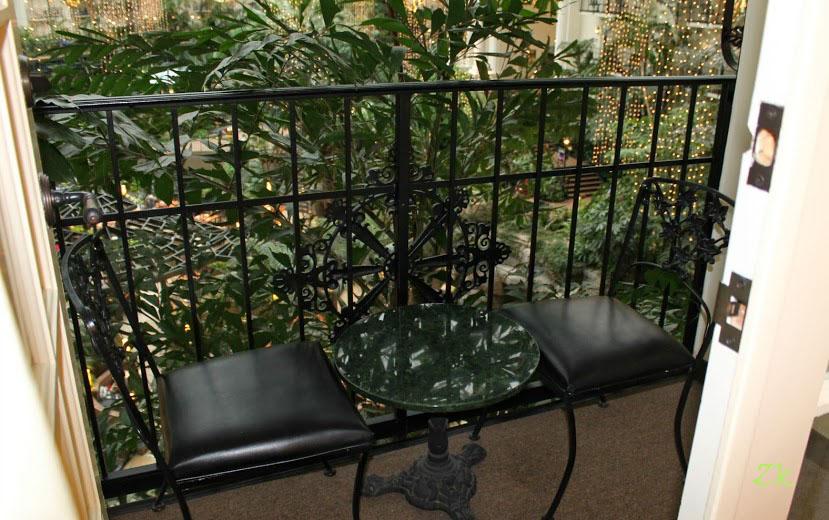 открытый балкон кованная мебель