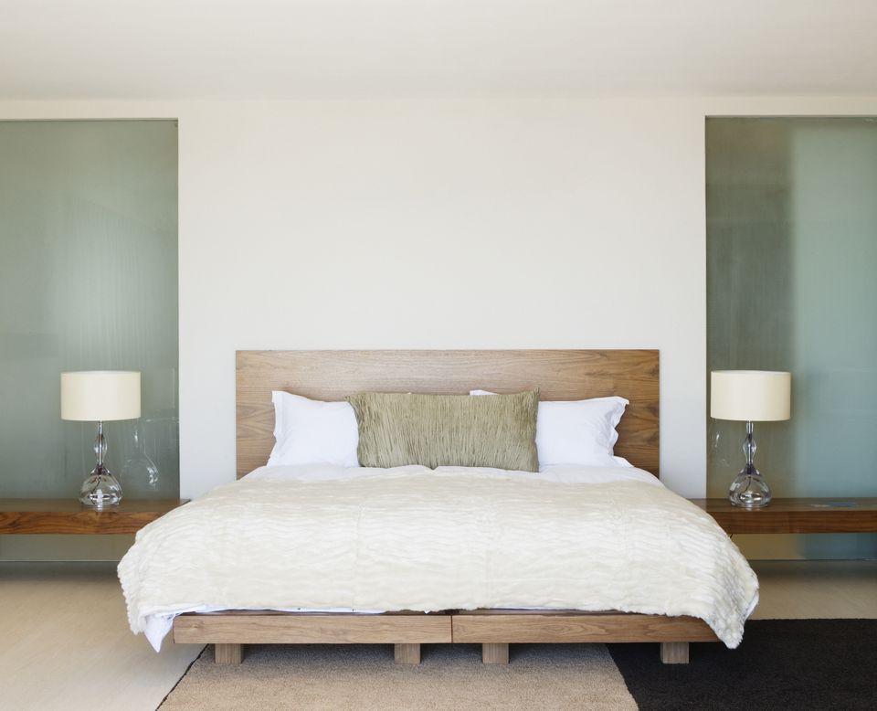 Inspirasi desain kamar tidur kontemporer yang menenangkan - source: thespruce.com