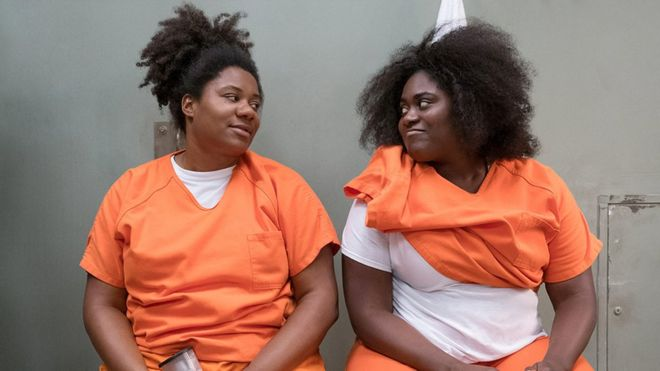 "Cindy Hayes (Adrienne C. Moore) e Tasha ""Taystee"" Jefferson (Danielle Brooks) Orange is the New Black  detenute di Litchfield"