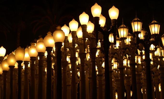 Postes de iluminação pública enfileirados