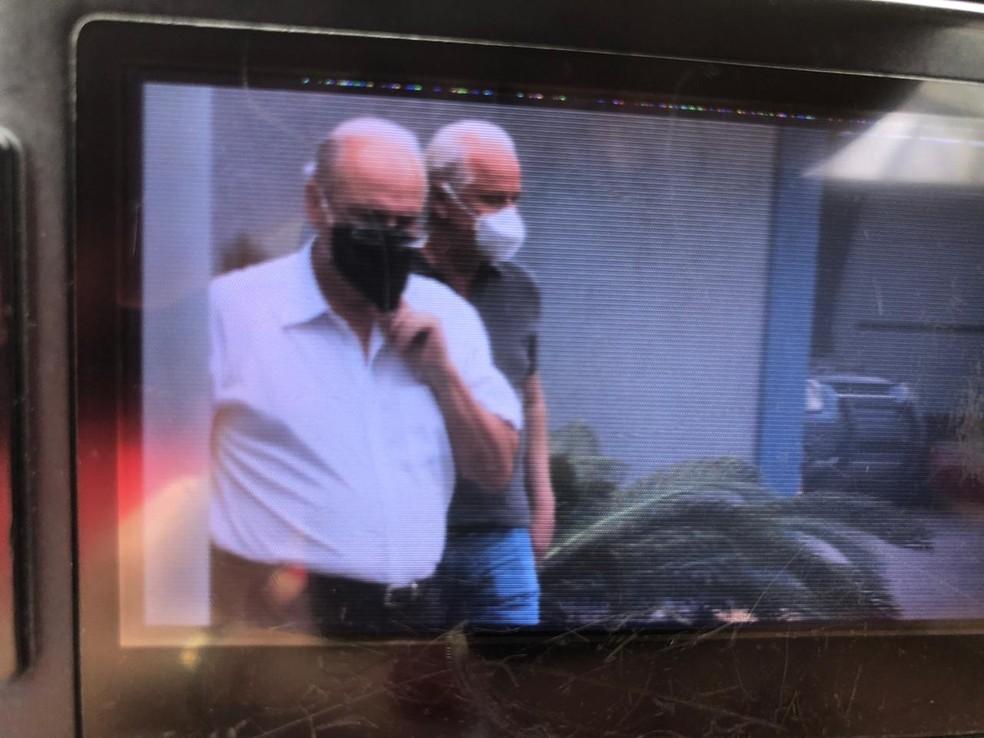 Rômulo Lessa, de camisa escura, chega acompanhado do irmão, Robson Lessa, na Polícia Federal — Foto: Reprodução/TV Globo
