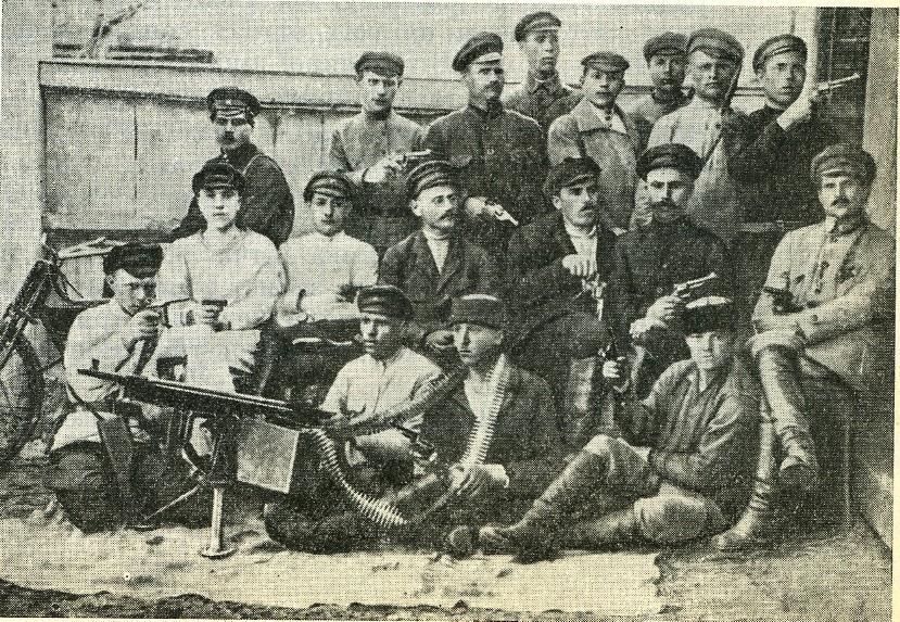 Валківські чекісти (можливо, чонівці). У різних виданнях знімок датується від 1919-го до 1923-го