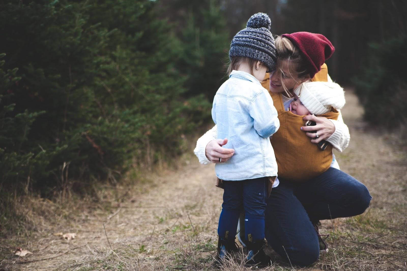 mamma-bambini-foresta-abbraccio