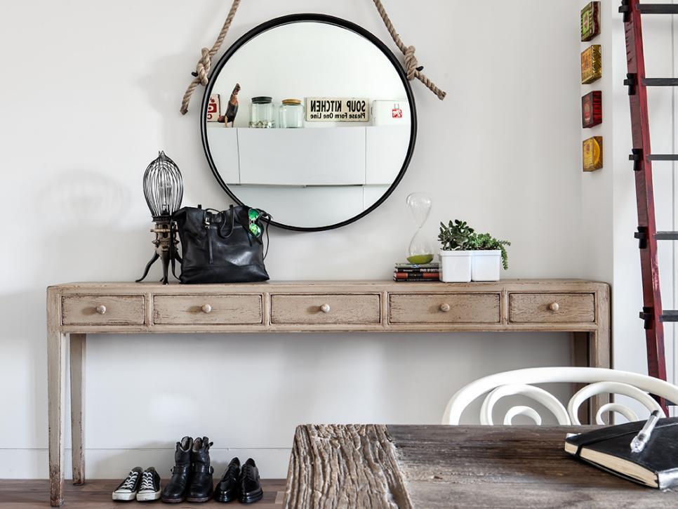 Cermin bundar sebagai elemen dekorasi foyer rumah - source: hgtv.com