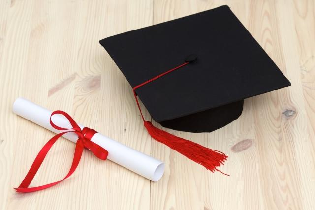 東京国際大学の卒業式は角帽にガウンを着用