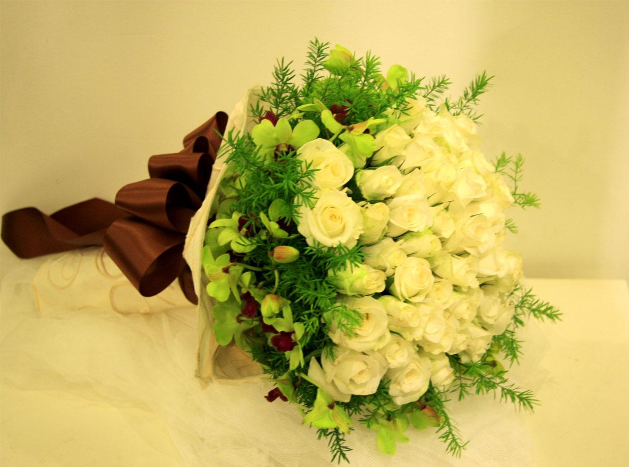 Ảnh có chứa bó hoa, trong nhà, tường, bàn Mô tả được tạo tự động